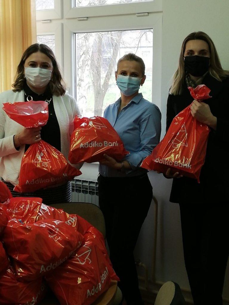 Addiko zaposlenici paketićima obradovali mališane u Gradačcu i Sarajevu